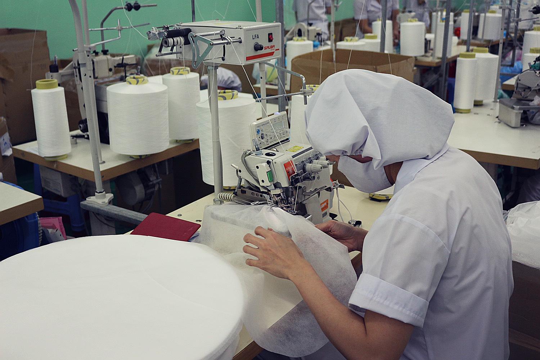 Bên trong nhà máy sản xuất khẩu trang y tế bình ổn giá