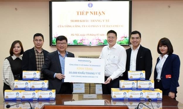 Dr. Nguyen Xuan Truong received masks